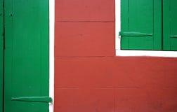 Rot gegen Grün: Tür und Fenster im Detail Stockbild