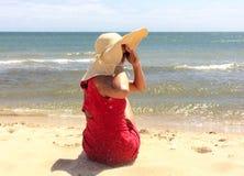 Rot gekleidete Frau Stockbild