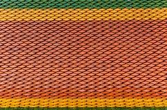 Rot-gelb-grüne Dachoberfläche, orange Dachmuster mit Licht und Schatten für Hintergrund stockfoto