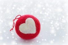 Rot gestrickter Weihnachtsball Lizenzfreies Stockfoto
