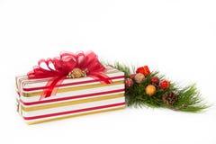 Rot, Gold und weißes gestreiftes Geschenk mit roten Farbbändern Stockbilder