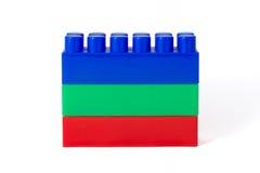 Rot-grün-blauer Turm von Designerwürfeln der Kinder Stockbilder
