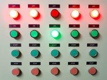 Rot, Grün und Blaulicht führten auf dem elektrischen Bedienfeld, das AN/AUS-Status zeigt Lizenzfreie Stockfotografie