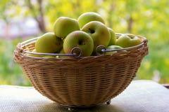 Rot-grüne Äpfel im Korb lizenzfreies stockbild