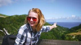 Rot-Haarmädchen ist überrascht und lacht hell über den Erholungsort stock video