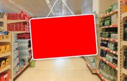 Rot leeren Sie Aufkleber auf einem abstrakten Supermarkthintergrund Stockfoto
