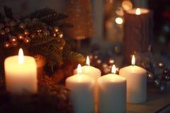 Rot leuchtet Weihnachtsflamme durch Stockbilder