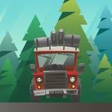 Rot lud LKW-Fahrt durch den Sommerwald Stockfotos