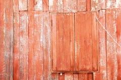 Rot malte Holz des alten traditionellen hölzernen thailändischen Hauses mit geschlossenem Fenster Stockfotos