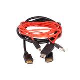 Rot mit schwarzem HDMI-Kabel lokalisiert Lizenzfreies Stockbild