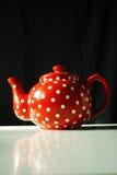 Rot mit Weiß punktiert Teekanne Lizenzfreie Stockfotos