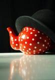 Rot mit Weiß punktiert Teekanne mit Hut Stockfotos