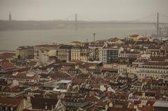 Rot-mit Ziegeln gedeckte Dächer von Lissabon, Portugal Stockfotografie