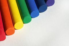 Rot, orange, gelb, grün, blau, Indigo, purpurrot Regenbogen farbige Zeichenstifte werden nebeneinander gesetzt lizenzfreies stockbild