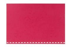Rot prägte das Pappblatt, das von einem Notizbuch zerrissen wurde, lokalisiert Lizenzfreie Stockfotografie