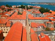Rot roofs blaues Meer Stockfoto
