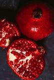 Rot schnitt Granatapfel auf einem blauen Abstraktionshintergrund Stockfotos
