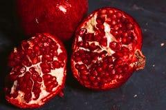 Rot schnitt Granatapfel auf einem blauen Abstraktionshintergrund Lizenzfreies Stockfoto