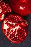 Rot schnitt Granatapfel auf einem blauen Abstraktionshintergrund Stockbilder