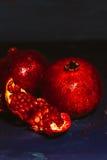 Rot schnitt Granatapfel auf einem blauen Abstraktionshintergrund Stockfoto