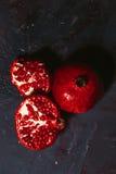 Rot schnitt Granatapfel auf einem blauen Abstraktionshintergrund Stockbild