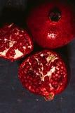Rot schnitt Granatapfel auf einem blauen Abstraktionshintergrund Lizenzfreies Stockbild