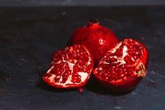 Rot schnitt Granatapfel auf einem blauen Abstraktionshintergrund Lizenzfreie Stockfotografie