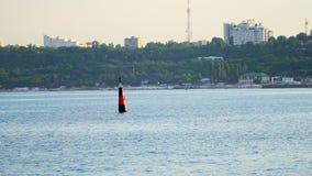 Rot-schwarze Boje im Meerwasser als Sicherheitswarnung stock video footage