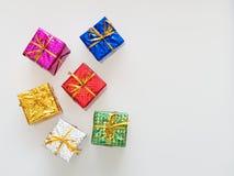 Rot, Silber, Grün, Blau, Rosa und Goldgeschenkboxen auf weißem Hintergrund Stockfotografie