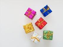 Rot, Silber, Grün, Blau, Rosa und Goldgeschenkboxen auf weißem Hintergrund Stockbild