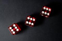 Rot-spielende Würfel sic BO Stockfotos