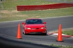 Rot Sports Limousine auf Rennen-Spur Stockfotos