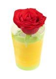 Rot stieg in einen bunten Blumenvase Stockfoto