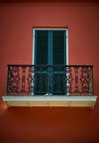 Rot umgibt eine schwarze Tür stockfotografie