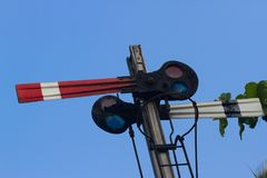 Rot und Blaulicht auf dem Bahnsemaphor Nilgiris-Bergbahn Lizenzfreies Stockbild