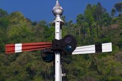 Rot und Blaulicht auf dem Bahnsemaphor Nilgiris-Bergbahn Stockfotografie