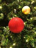 Rot und färben Sie eine Dekoration des Baums gelb stockbilder
