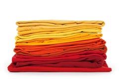 Rot und Gelb gefaltete Kleidung Stockbild