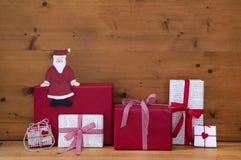 Rot und Geschenke und Geschenkboxen der weißen Weihnacht mit Sankt auf wo Stockfotos