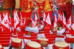 Rot- und Goldtrommeln und Lots rote Fahnen Lizenzfreie Stockfotos