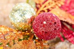 Rot und Goldweihnachtsball mit Bogen Lizenzfreies Stockbild