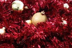 Rot und Goldweihnachtsballdekorationen Lizenzfreie Stockfotos