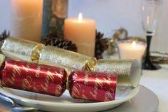 Rot und Goldweihnachtscracker mit Kerzen lizenzfreie stockfotos