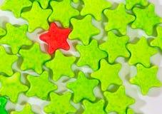 Rot-und Grün Sternsüßigkeiten auf Weiß Stockbilder