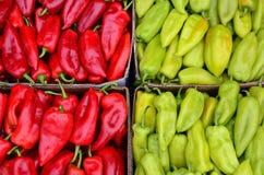 Rot und grüne Paprikas Stockfotos