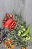 Rot und grüner Paprika auf dem hölzernen Hintergrund Stockbild