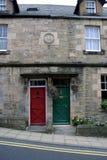 Rot und Gree Türen auf einem Haus Stockfoto