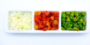 Rot und Schnitt des grünen Paprikas und der Zwiebel in Würfel in einer Schüssel Lizenzfreie Stockfotografie