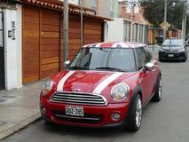 Rot und weiß mit britischer Flagge Mini Cooper in Lima Lizenzfreie Stockbilder