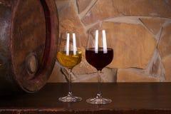 Rot und Weißwein neben alter Tonne im Weinkeller Lizenzfreie Stockbilder
